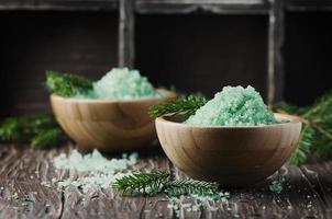 concepto de spa con ramas de pino y sal foto