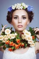 Retrato de una bella mujer con flores en el pelo foto