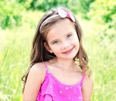 retrato de uma adorável menina sorridente