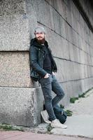 hipster barbudo con anillo en la nariz en chaqueta de cuero