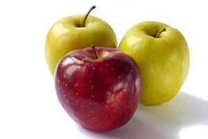 Cerca de tres manzanas, aislado sobre fondo blanco. foto