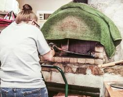 hornear en un horno de leña foto