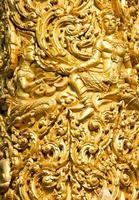 Primer plano de la escultura de cera dorada en Ubon Ratchathani, Tailandia