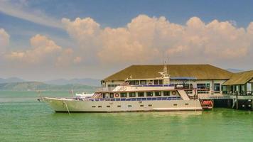 Barco de transeúntes flotando en el puerto.