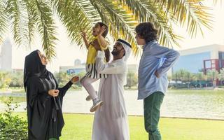 família emirati fotografada em um parque