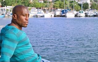 apuesto hombre negro relajante y disfrutando el verano. foto