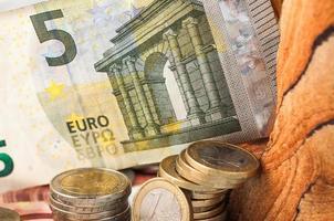 dinheiro notas e moedas de cinco euros