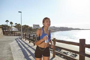 jovem atleta correndo na praia