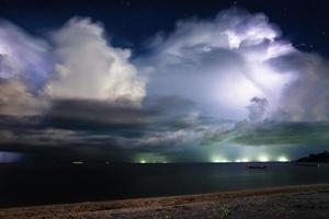 Relámpago sobre el mar. Tailandia foto
