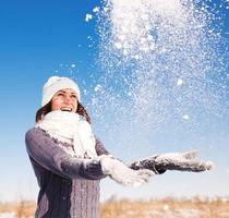 Retrato de mujer joven divertirse y disfrutar de la nieve fresca