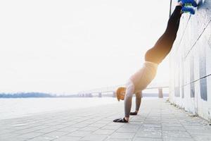 joven atleta está haciendo flexiones verticales foto