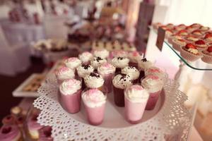 buffet de dulces con una gran variedad de dulces foto