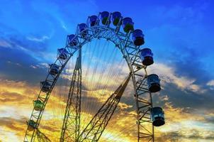 rueda de la fortuna en puesta de sol