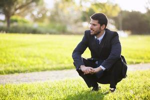empresario disfrutando el olor a hierba foto