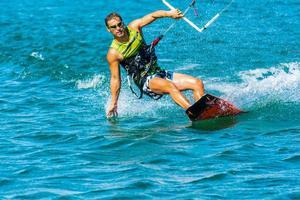disfrutando de kite en el mar foto