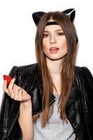 jovem mulher bonita desfrutar de morangos frescos