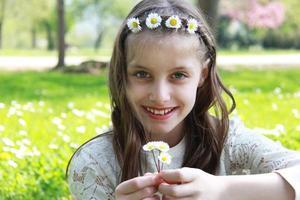 hermosa chica disfrutando el floer de manzanilla foto
