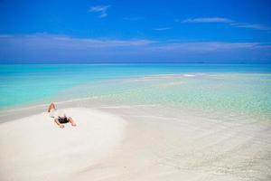 joven disfruta de vacaciones en la playa tropical