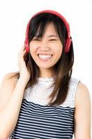 Aziatische vrouw geniet van hoofdtelefoon