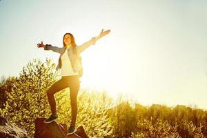 vrouw bergwandelaar met rugzak genieten van uitzicht