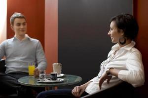 empresária e empresário, aproveitando a pausa para o café