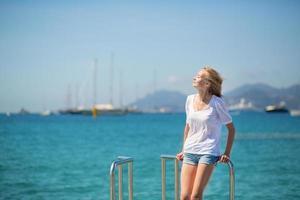 jovencita disfrutando de sus vacaciones junto al mar