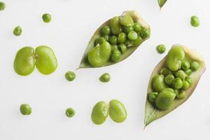 ensalada de guisantes y habas en hojas de alcachofas foto