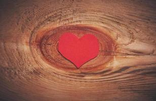 corazón rojo sobre un fondo de madera
