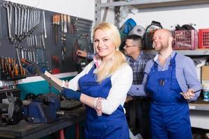 mecánica automotriz en taller foto
