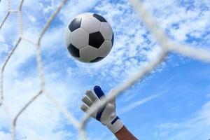balón de fútbol en la portería foto