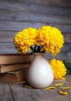 bloemen. mooie gele chrysant in vintage vaas. boek