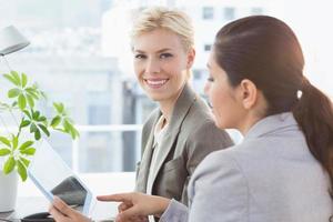 vrouwelijke ondernemers met behulp van tablet