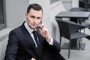 conversación seria con un cliente sobre el negocio. éxito foto