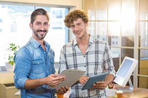 sonriente equipo de negocios con portapapeles y tableta