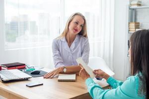 médico com paciente no hospital de saúde e conceito médico