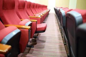 Sala vacía para presentación con sillones rojos.