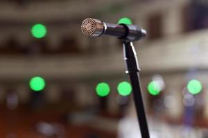 micrófono en el escenario y sala vacía durante el ensayo foto