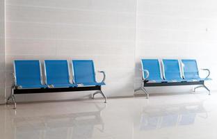 sala de espera cadeiras azuis, porta no chão