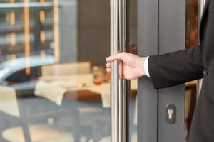 ouvrir la porte de l'hôtel
