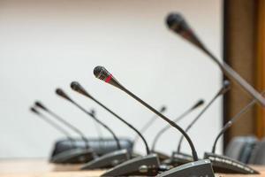 antes de una conferencia, los micrófonos frente a sillas vacías. foto