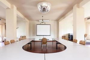 salle avec table de conférence