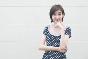 Retrato asiático y confiado de la mujer hermosa foto