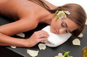mujer que hace masajista cosmetóloga foto