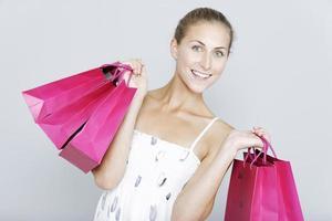 mujer con bolsas de venta