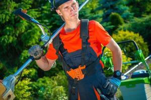 jardinero con segadora de hombros foto