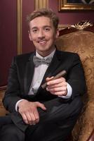 hombre guapo con cigarro foto
