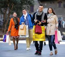 grupo de jóvenes turistas con compras
