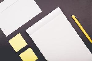 bloco de notas com caneta amarela e adesivos