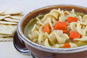 abundante sopa de fideos con pollo y zanahorias foto