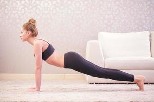Woman is going to do press-ups